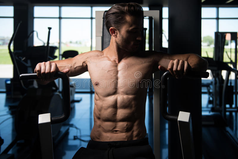 Knappe Mens die Zwaargewicht Oefening voor Borst doen stock afbeelding