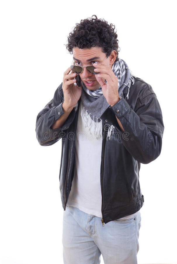 Knappe mens in een leerjasje die over telefoon spreken royalty-vrije stock fotografie