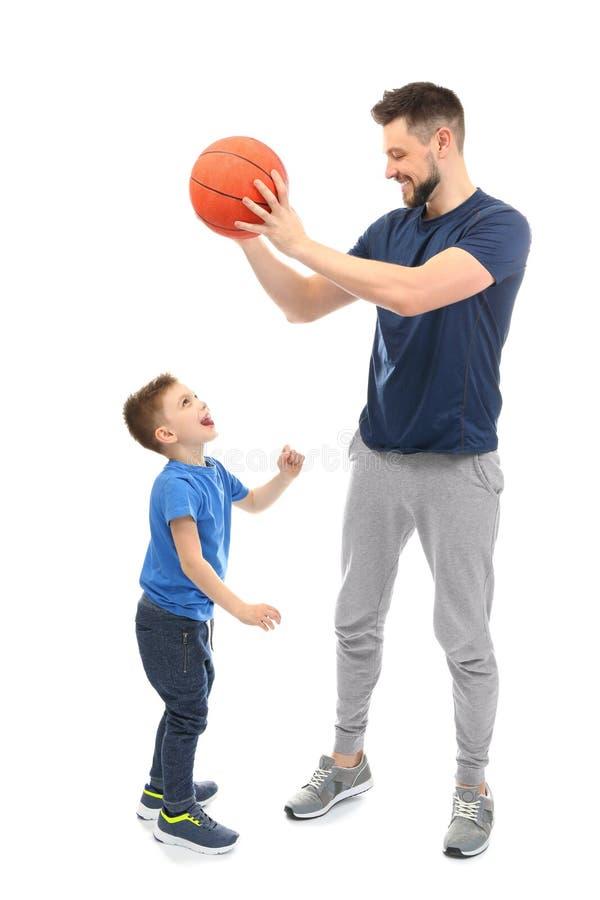Knappe mens en zijn zoons speelbasketbal op achtergrond royalty-vrije stock fotografie