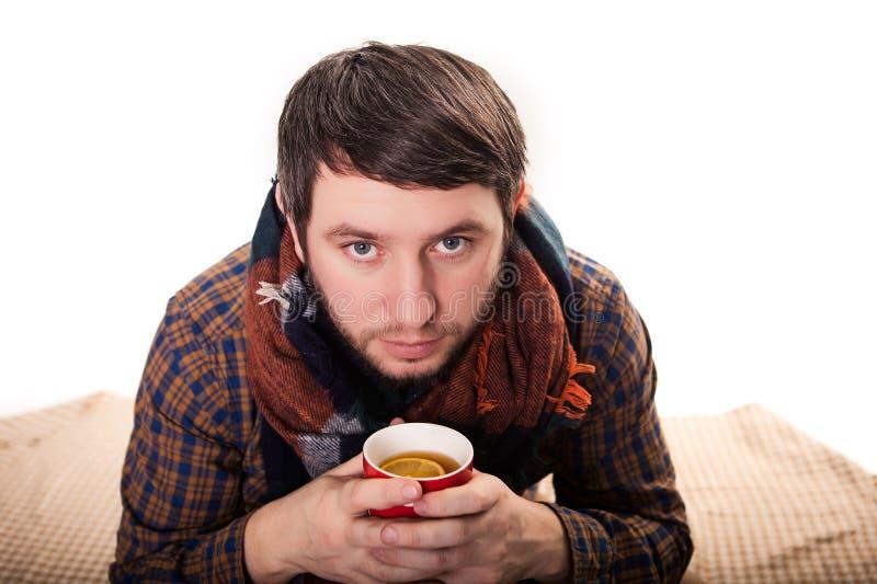 Knappe mens het drinken koffie Geïsoleerdj op witte achtergrond royalty-vrije stock foto