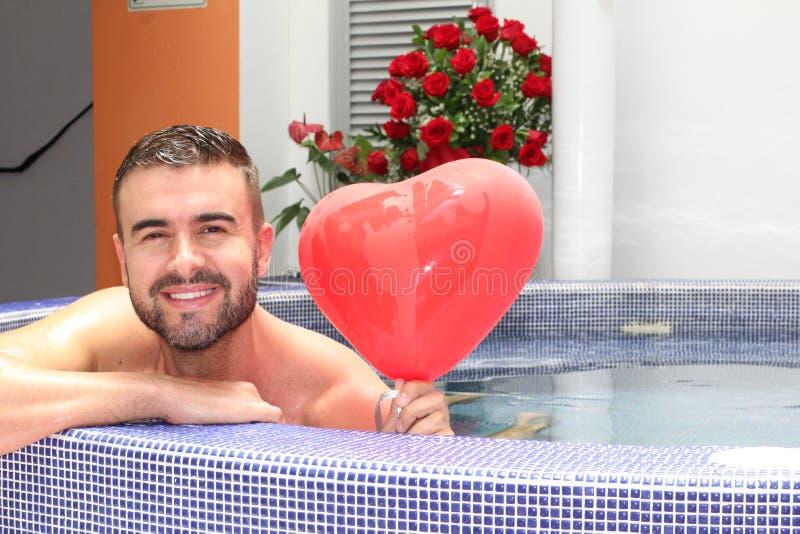 Knappe mens klaar voor de Valentijnskaartendag van Heilige stock afbeeldingen