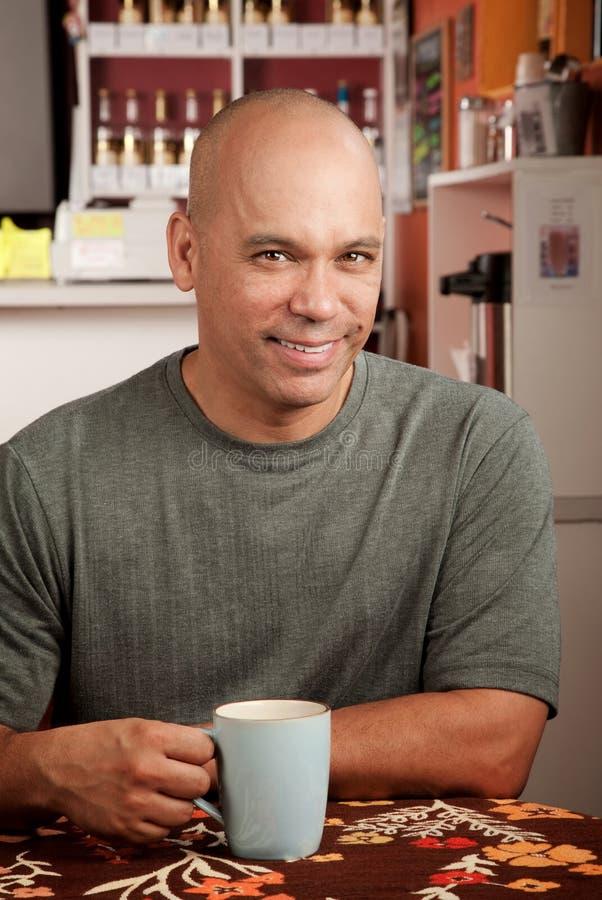 Knappe mens in koffie stock fotografie