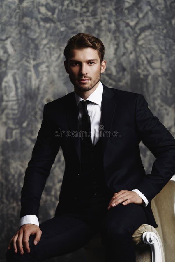 Knappe mens in kostuum royalty-vrije stock afbeelding
