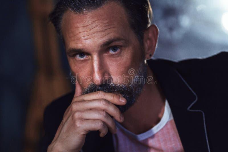 Knappe mens met baard in kostuum Nadenkende modieuze kerel royalty-vrije stock foto