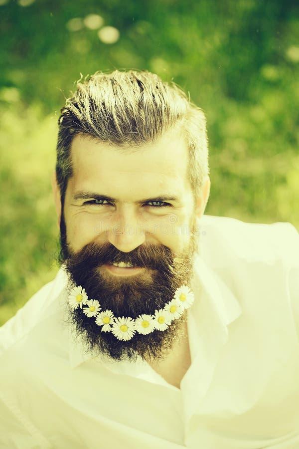Knappe mens met bloemen in baard royalty-vrije stock foto