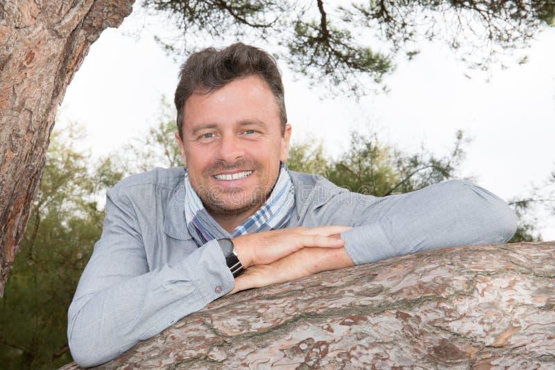 Knappe mens met boom in de zomerdag het glimlachen schoonheidsjaren '40 stock afbeelding