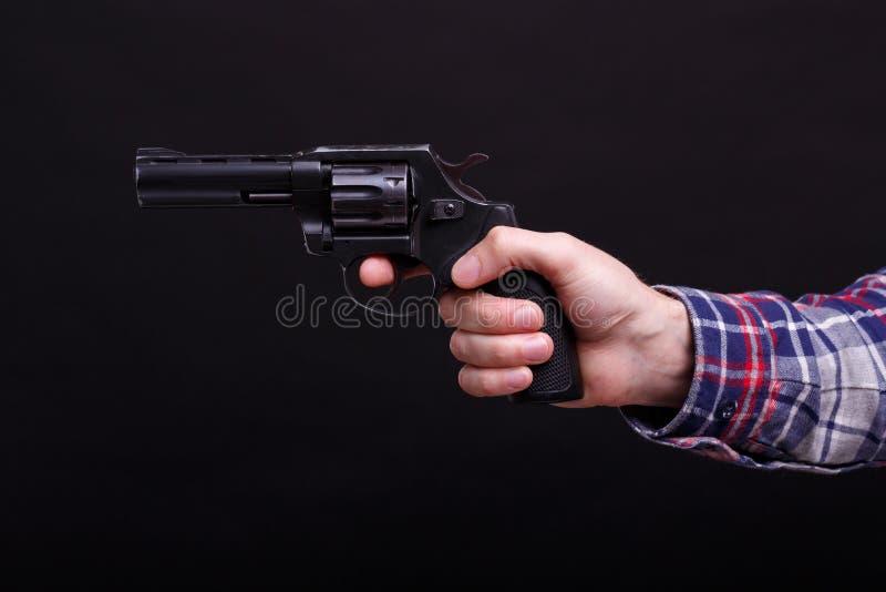 Knappe mens met de revolver stock afbeeldingen