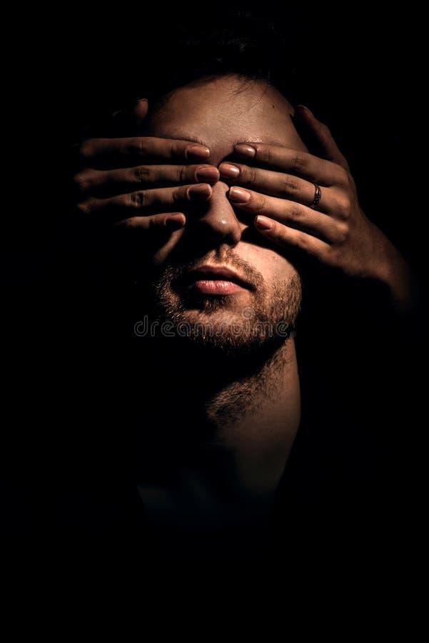 Knappe mens met gesloten ogen royalty-vrije stock afbeelding
