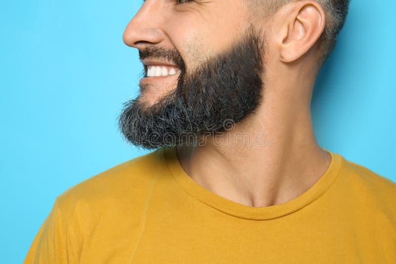 Knappe mens met geverfte baard op kleurenachtergrond, close-up royalty-vrije stock foto's