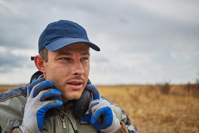 Knappe mens met hoofdtelefoons in openlucht stock afbeelding
