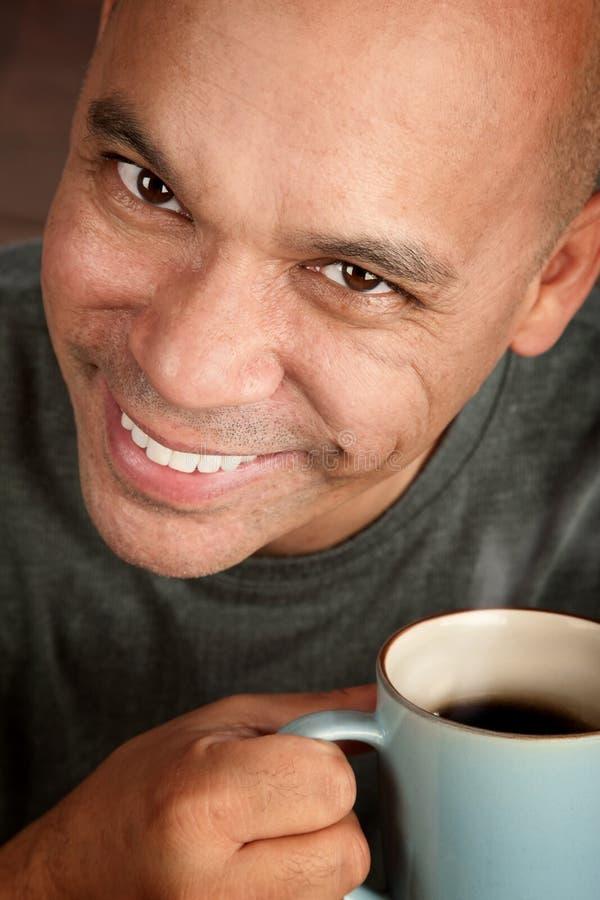 Knappe mens met koffie stock foto