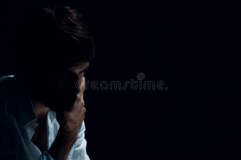 Knappe mens met problemen, exemplaarruimte op de zwarte achtergrond stock foto