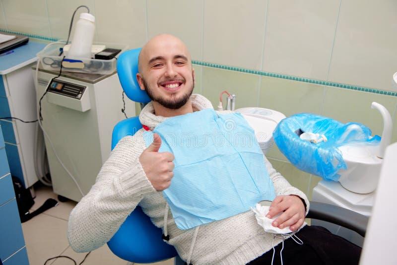 Knappe mens met sneeuwwitte glimlach na een bezoek aan de tandarts royalty-vrije stock foto's