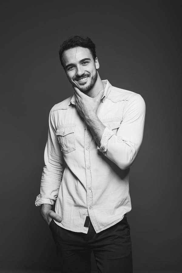 Knappe mens met zeer mannelijke baard, zwart-wit stock fotografie