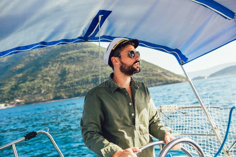 Knappe mens op een varende boot royalty-vrije stock fotografie