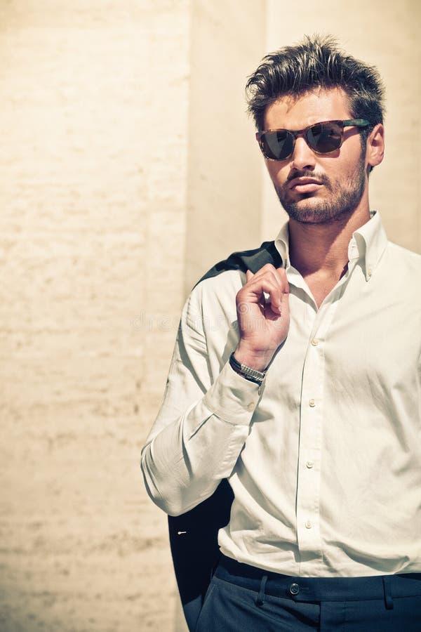 Knappe mens in openlucht Elegant en sensueel zonnebril royalty-vrije stock foto