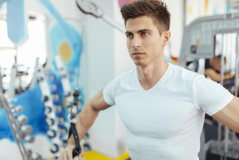 Knappe mens opleiding in schone moderne gymnastiek stock foto's