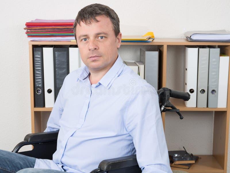 knappe mens in rolstoel thuis bureau royalty-vrije stock foto