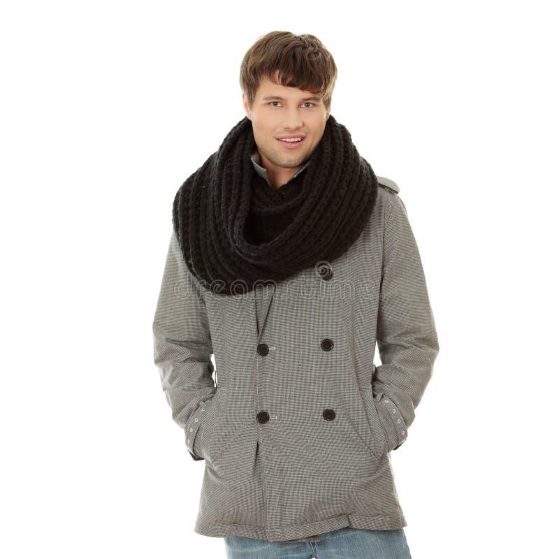 Knappe mens in sjaal en laag royalty-vrije stock afbeelding