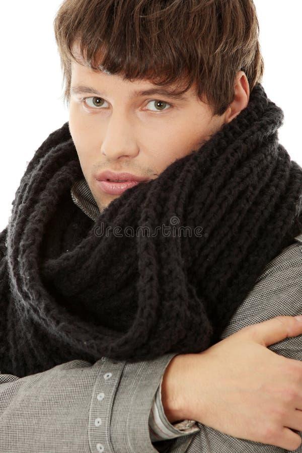 Knappe mens in sjaal en laag royalty-vrije stock fotografie