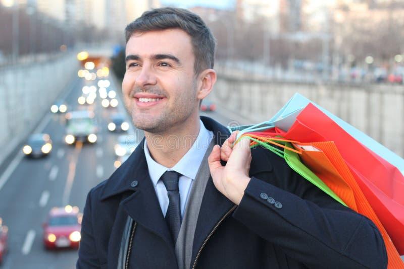 Knappe mensenholding het winkelen zakken stock foto