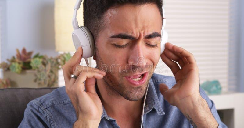 Knappe Mexicaanse kerel die aan muziek luistert royalty-vrije stock afbeeldingen