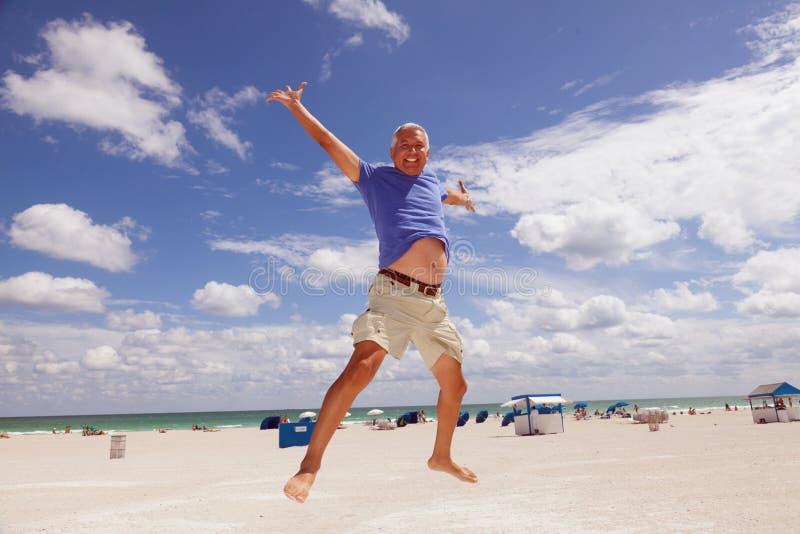 Knappe middenleeftijdsmens bij het strand royalty-vrije stock foto