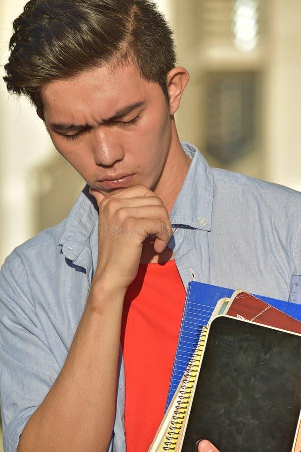 Knappe Minderheids Mannelijke Student Making een Besluit met Boeken stock afbeelding