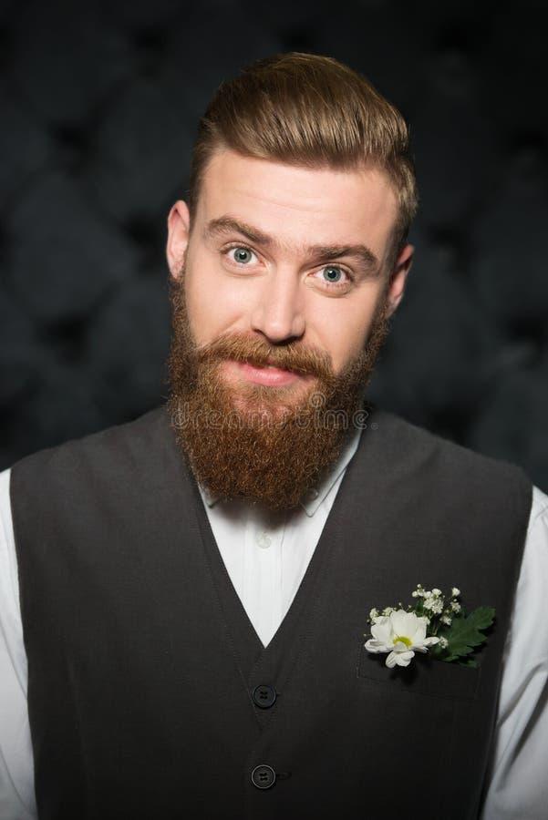 Knappe modieuze mens met baard stock foto's