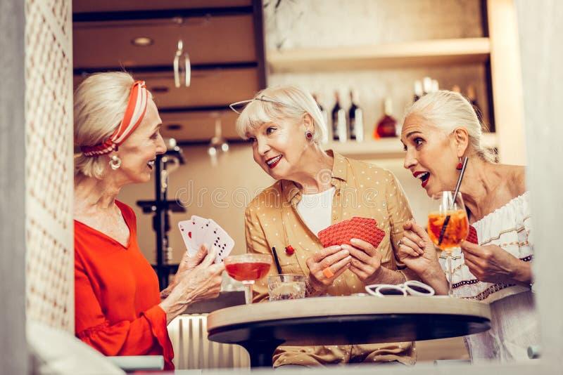 Knappe modieuze vrouwen die lang-wacht op vergadering en het spelen hebben royalty-vrije stock fotografie