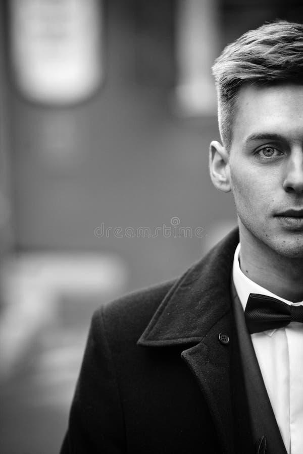 Knappe onschuldige blondebruidegom met blauwe ogen in een straatgezicht c royalty-vrije stock afbeeldingen