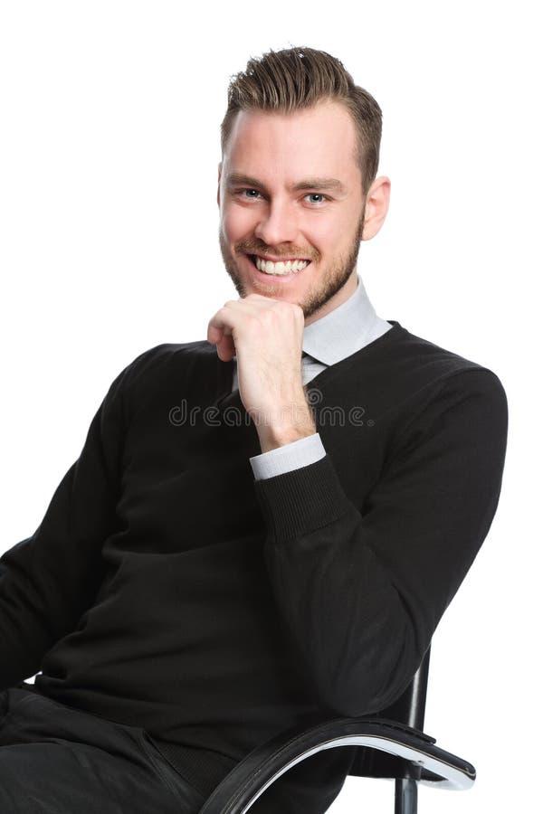 Knappe ontspannen zakenmanzitting neer stock foto