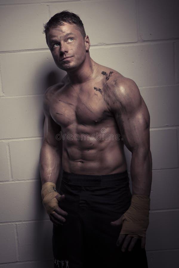 Knappe peinzende bodybuilder royalty-vrije stock fotografie