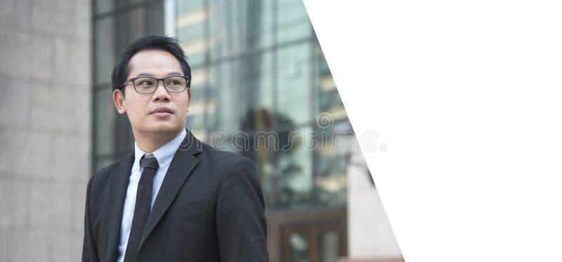 Knappe portret jonge Aziatische zakenman zoekend iets royalty-vrije stock foto's