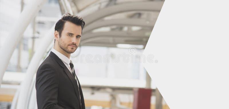 Knappe portret jonge zakenman zoekend iets stock fotografie
