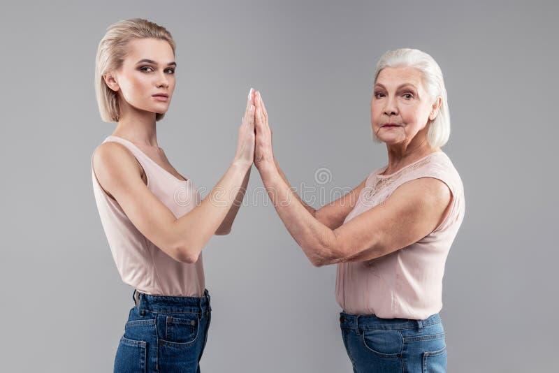 Knappe propere vrouwen die naakte bovenkanten en jeans dragen stock afbeelding