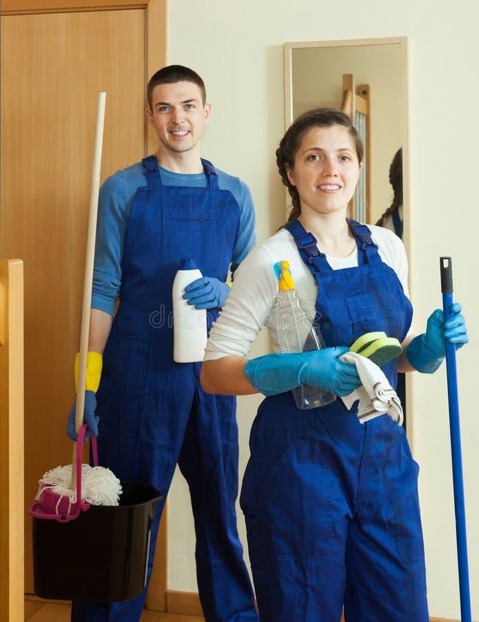 Knappe reinigingsmachines die ruimte schoonmaken stock foto's
