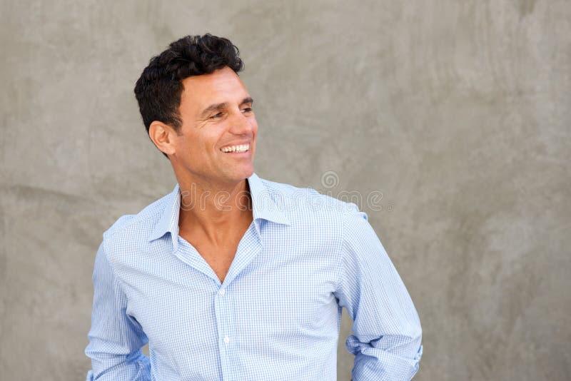 Knappe rijpe en mens die weg glimlacht kijkt royalty-vrije stock afbeelding