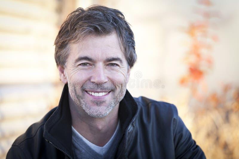 Knappe Rijpe Gelukkige Mens die bij de Camera glimlachen royalty-vrije stock fotografie