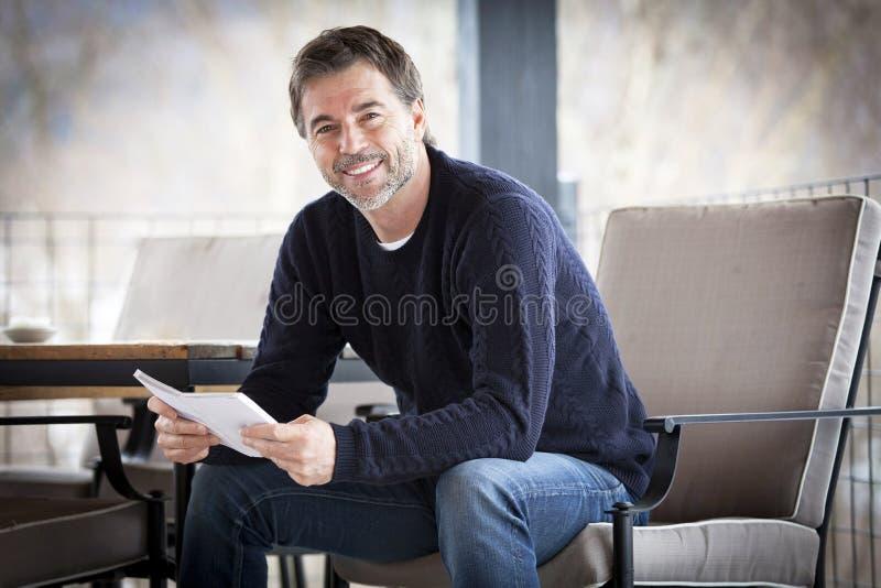 Knappe Rijpe Gelukkige Mens die bij de Camera glimlachen buiten royalty-vrije stock afbeeldingen