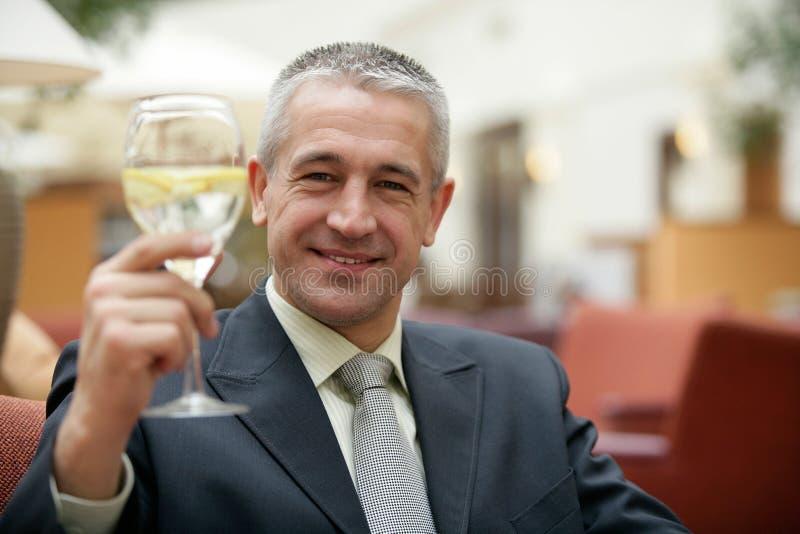 Knappe rijpe grijs-haired zakenman het drinken limonade stock foto's