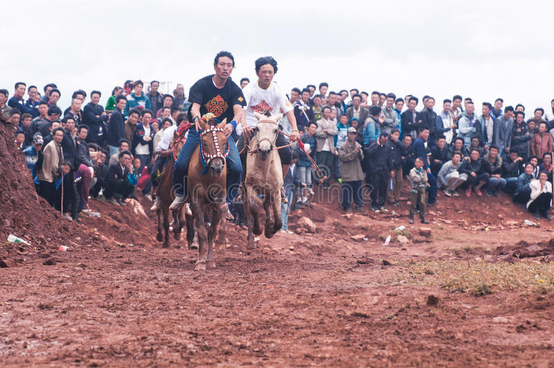 Knappe Ruiter in Paardenrennen royalty-vrije stock afbeeldingen