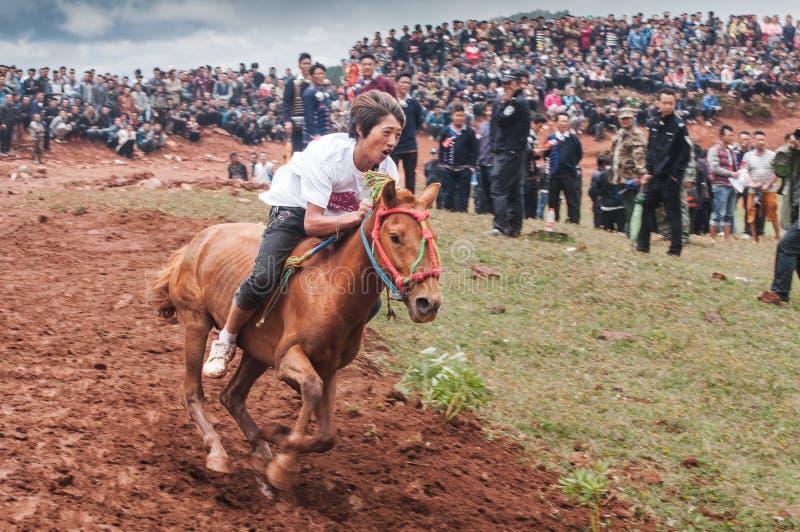 Knappe Ruiter in Paardenrennen stock foto's