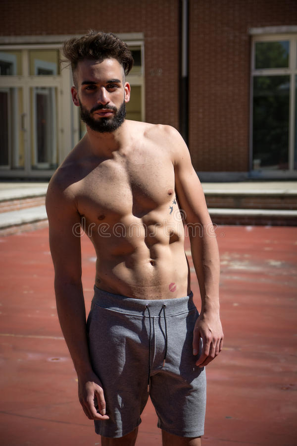 Knappe shirtless jonge mens met baard stock afbeelding