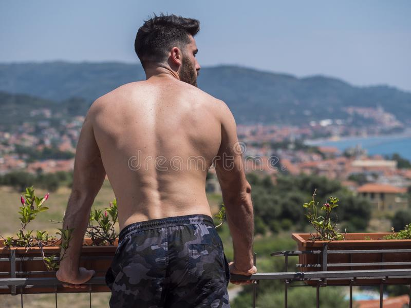 Knappe shirtless spier jonge mens openlucht royalty-vrije stock foto's