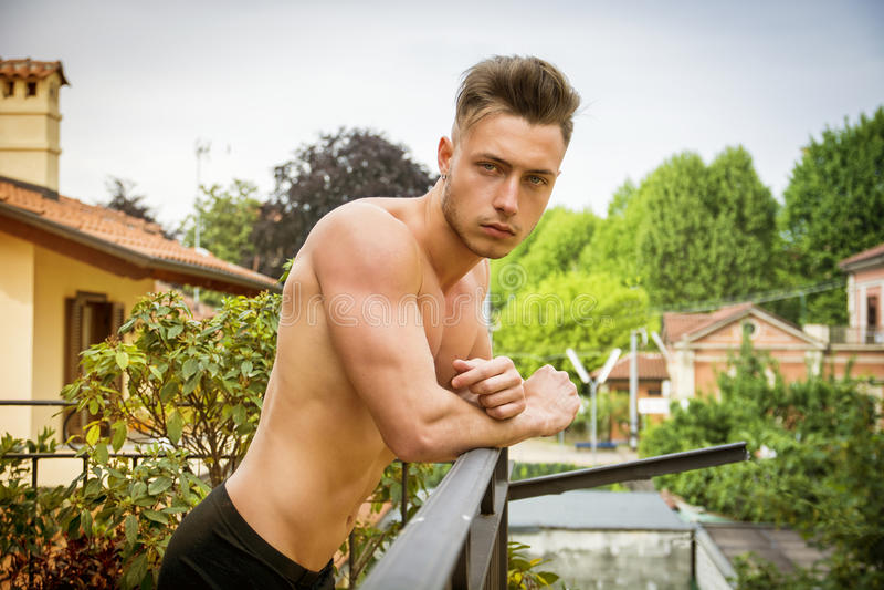 Knappe shirtless spier jonge mens openlucht stock fotografie