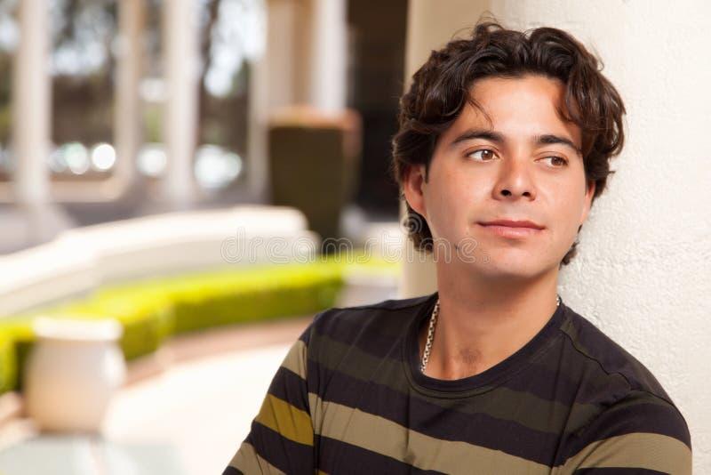 Knappe Spaanse Jonge Volwassen Mens royalty-vrije stock afbeelding