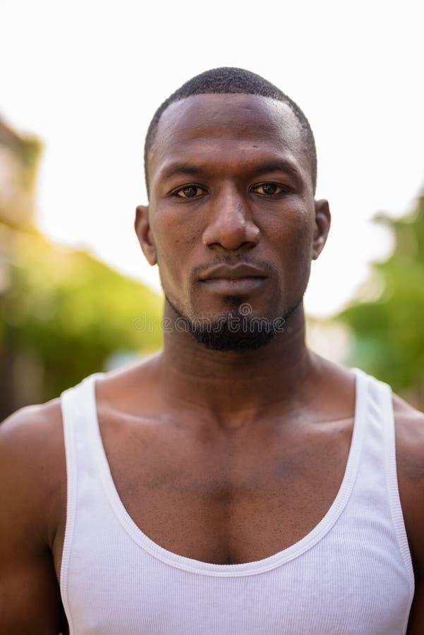 Knappe spier Afrikaanse gewone man in openlucht royalty-vrije stock foto