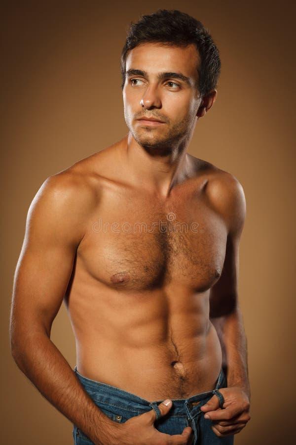 Knappe spier shirtless mens royalty-vrije stock afbeelding