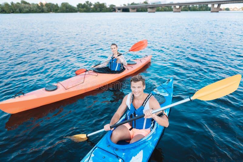 Knappe sportman die levende vestzitting in kano dragen royalty-vrije stock foto's